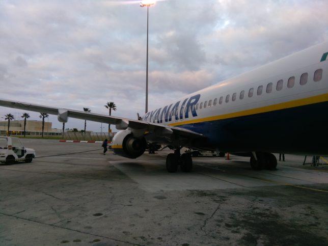 Letadlo společnosti Ryanair je již připravené na letišti