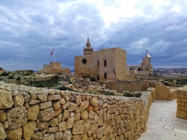 pohled na citadelu na ostrově gozo, malta