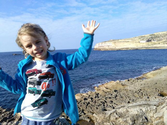 chlapec s pozadí inland sea na maltě
