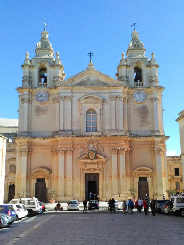 katedrála na náměstí ve městě Mdina na Maltě