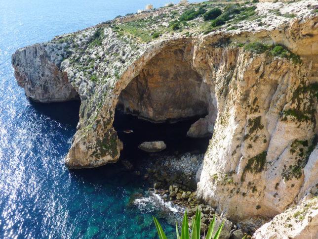 skalní oblouk na Maltě Blue Grotto