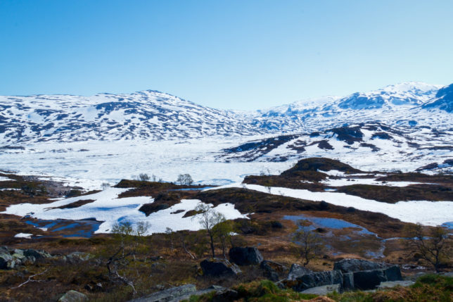 Norské hory pokryté sněhem, jezero