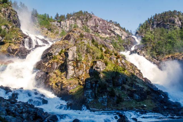 vodopád uprostřed rozdělený skálou