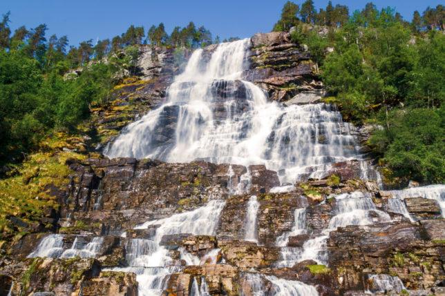 vysoký vodopád s modrou oblohou v Norsku