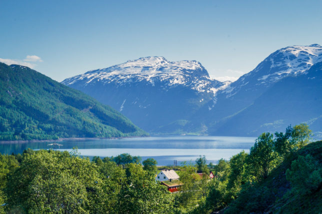 výhled na norské jezero a hory