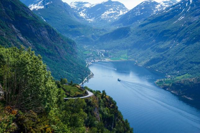 vyhlídka na město Geiranger i fjord