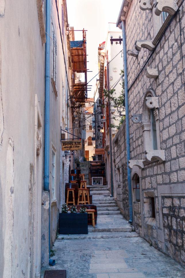úzká ulička typická pro Korčulu