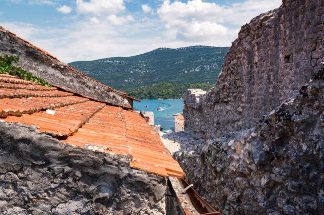 výhled přes střechy na moře a hradby, ve městě Mali Ston si můžeme užít Chorvatsko bez turistů