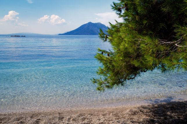 krásná pláž a moře s azurovou vodou v Žuljaně