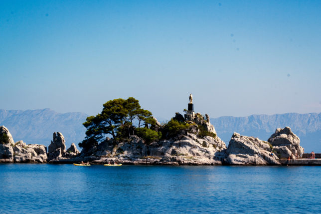 socha panny marie hvězdy moře na malém ostrůvku ve městě Trpanj, Chorvatsko bez turistů